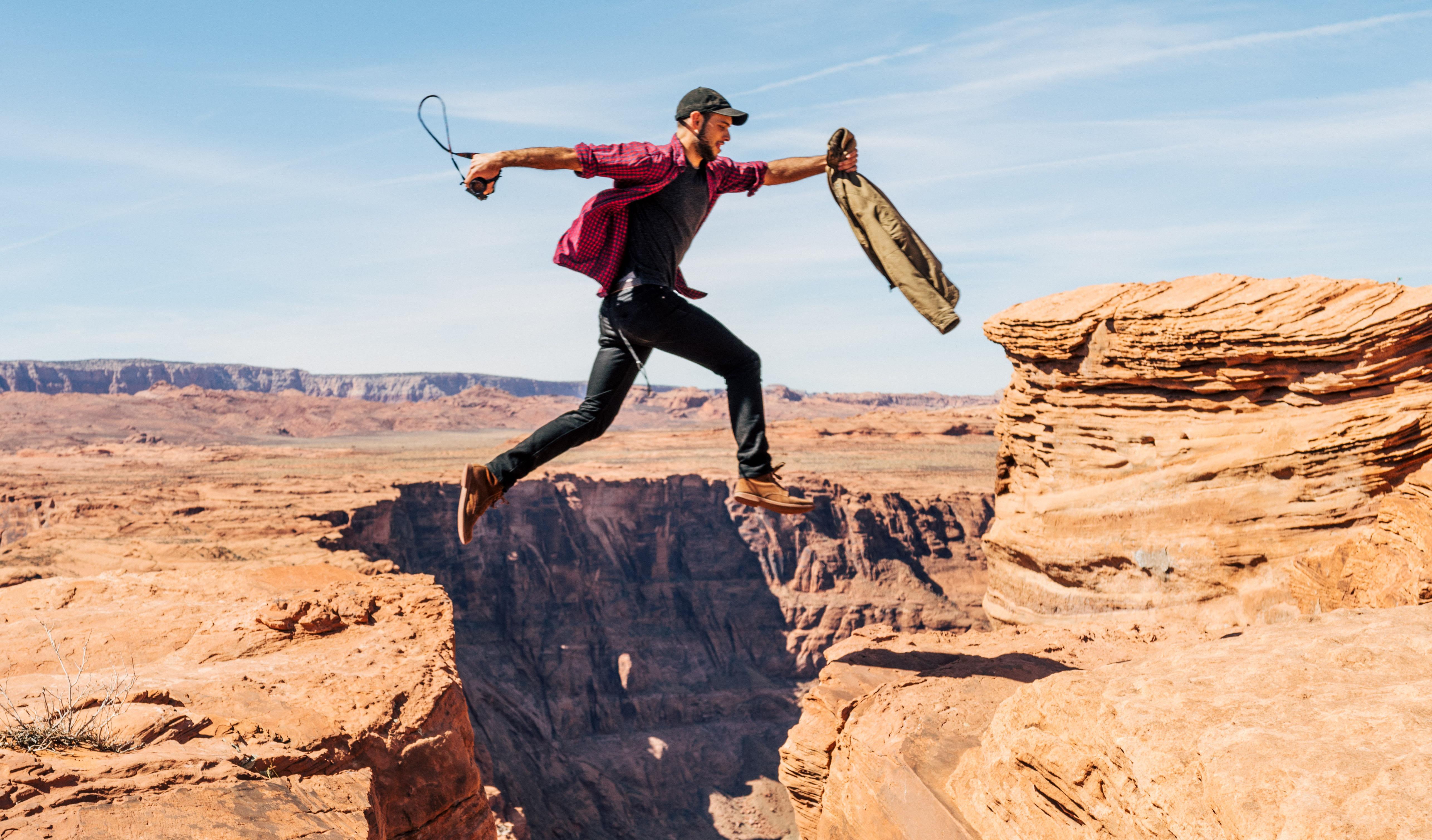 Selskaper som ikke tør å satse stort løper en større risiko enn de som faktisk tar spranget. Foto: Alex Radelich / Unsplash